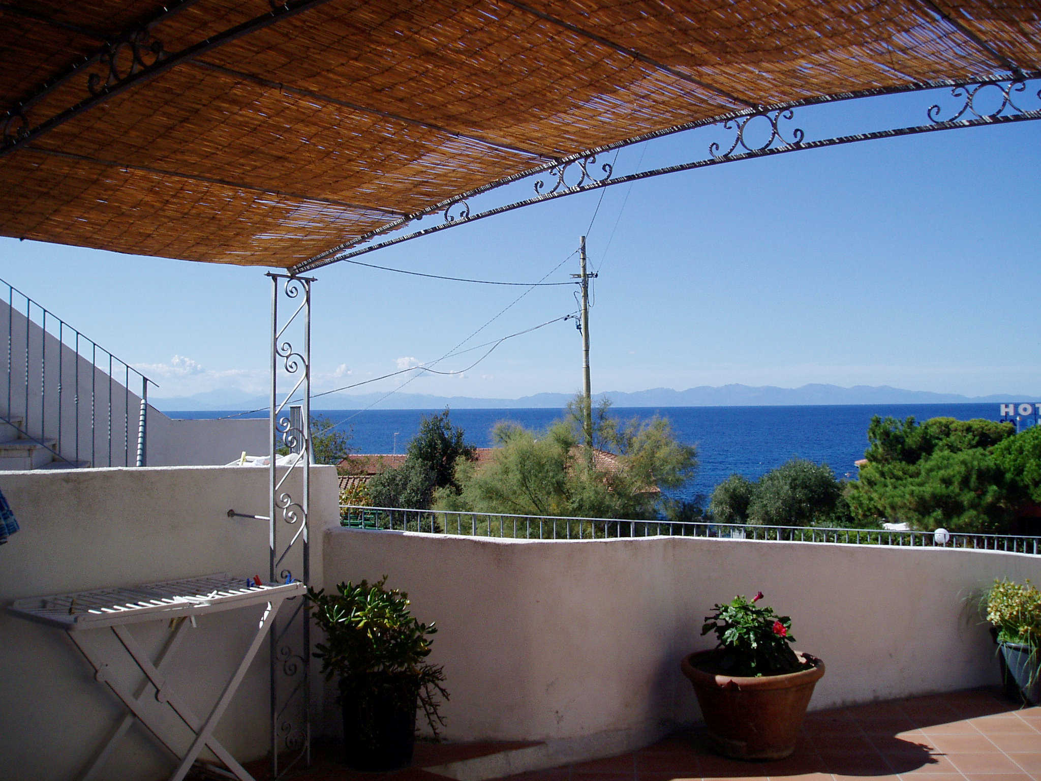 Casa Sole ground floor From 04 - 18.07.2014 still available, sleeps 4, 70m from the beach of POMONTE, one of our most beautiful flats. Euro 110 for day!