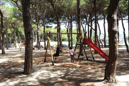 Villa Fantagalì giochi a fianco in pineta
