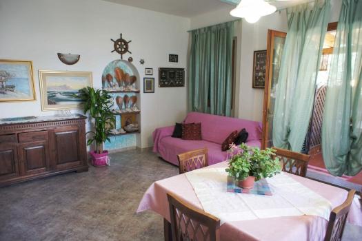 La tua casa sul mare case vacanza casa valentina trilo for Soggiorno con divano