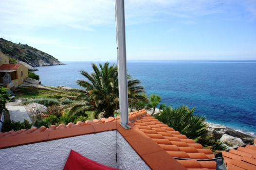 casa helichrysum Directly on the sea, in the south west of the island. Comfortable and new flat. Sleeps 4. Balcony with seaview. Still available in July!