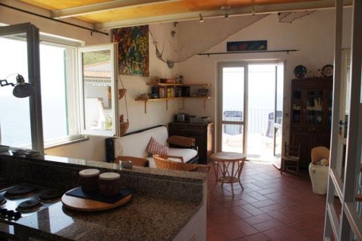 dalla cucina verso soggiorno e terrazza panoramica