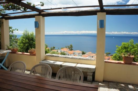 Villa Melograno In posizione panoramica, 300m dal mare, con vista sul mare e la Corsica, fra mare e monti e circondato dalla macchia mediterranea nel piccolo borgo marino di Chiessi villetta con 7 posti letto, terrazzo, giardino e parcheggio.