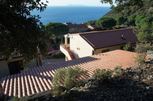 vista da terrazza esclusiva su tetto, mare e Capraia