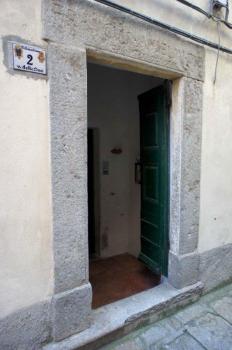 portone esterno con iscrizione