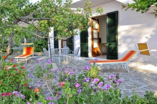 Terrazzo Con Fiori: Arredare un terrazzo con fiori e piante spazio verde tutto per voi.