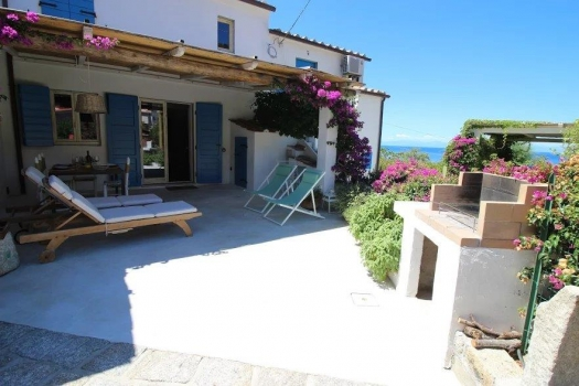 Casa La Forana Beautiful holiday home only 3 minutes from the beach in CHIESSI was recently totally refurbished and lovingly decorated with great taste. 4 beds, air conditioning, parking, WiFi.