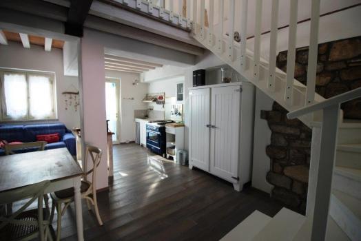 salotto con scala al 1° piano - Wohnraum mit Treppe nach oben