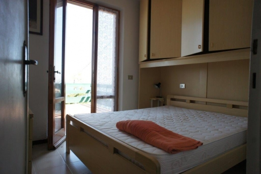 camera doppia su terrazza e vista mare