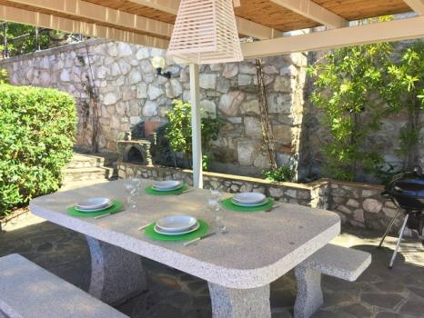 3 tavolo attrezzato e barbecue