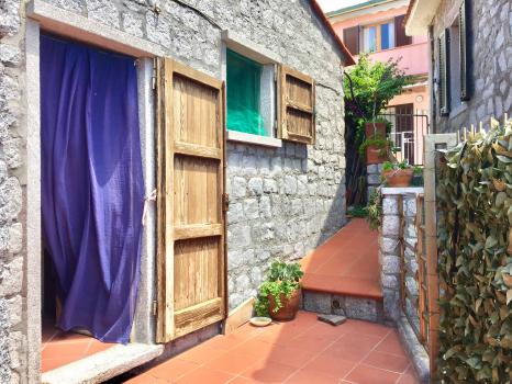 ingresso-esterni-porta verso il soggiorno