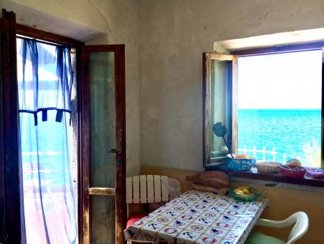 soggiorno-porta finestra e finestra sul mare