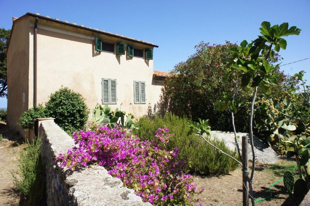 Casa Marilu In posizione privilegiata, circondato dal mare e con grande giardino,